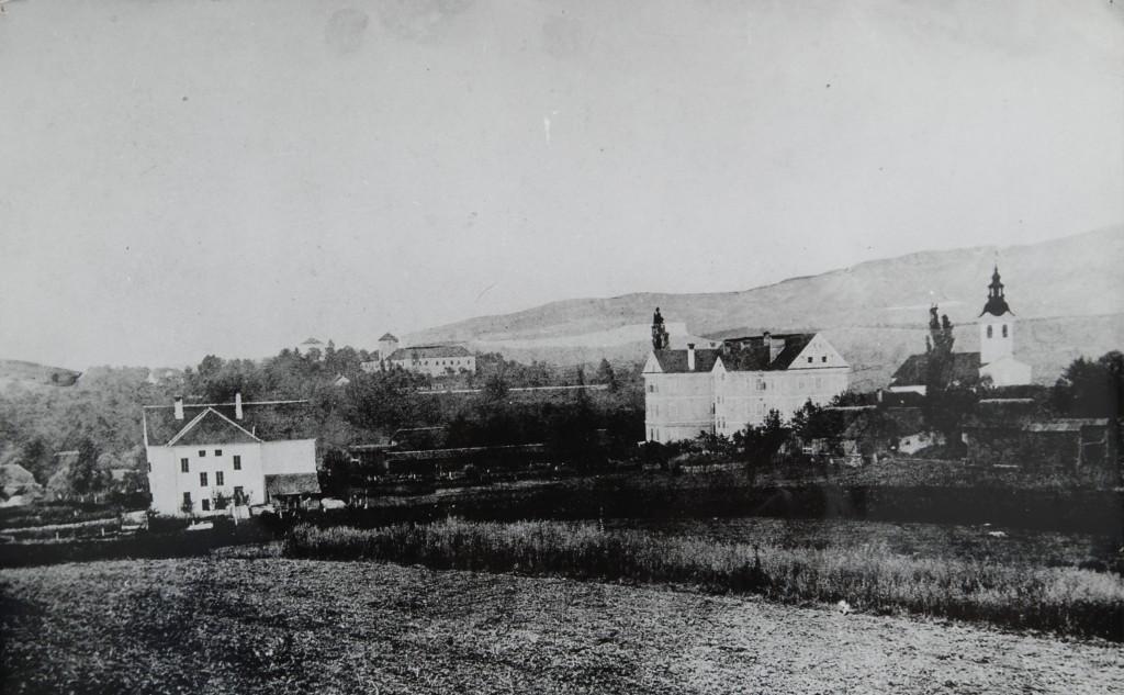Naša šola (levo), samostan in ozadju Grmski grad